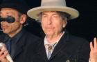Bob Dylan festeggia il Nobel imbracciando la chitarra dopo 4 anni