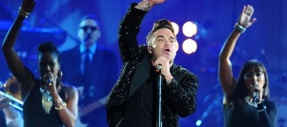 Robbie Williams batte il calcio di inizio dei Mondiali
