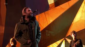 Liam Gallagher omaggia le vittime di Manchester ai Brit Awards – VIDEO