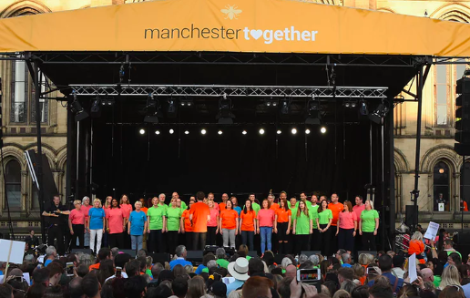 """""""Don't Look Back in Anger"""": Manchester ricorda le vittime dell'attentato"""