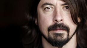 Piccole Grohl crescono: il leader dei Foo Fighters sul palco con le figlie